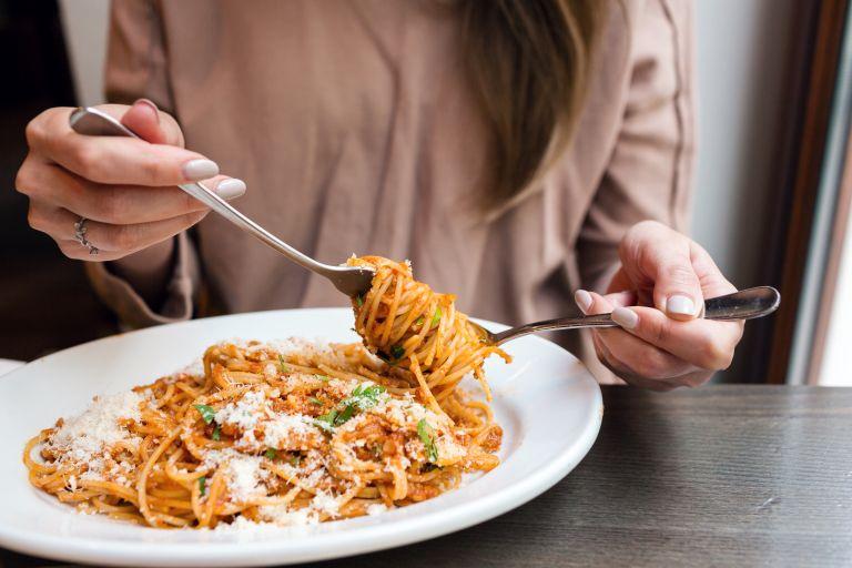 Μελέτη – Ένα στα 10 άτομα παγκοσμίως έχει συχνά κοιλόπονο μετά το φαγητό | vita.gr